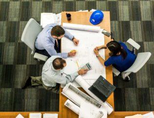 Un consultant expliquant comment mieux recruter à deux dirigeants