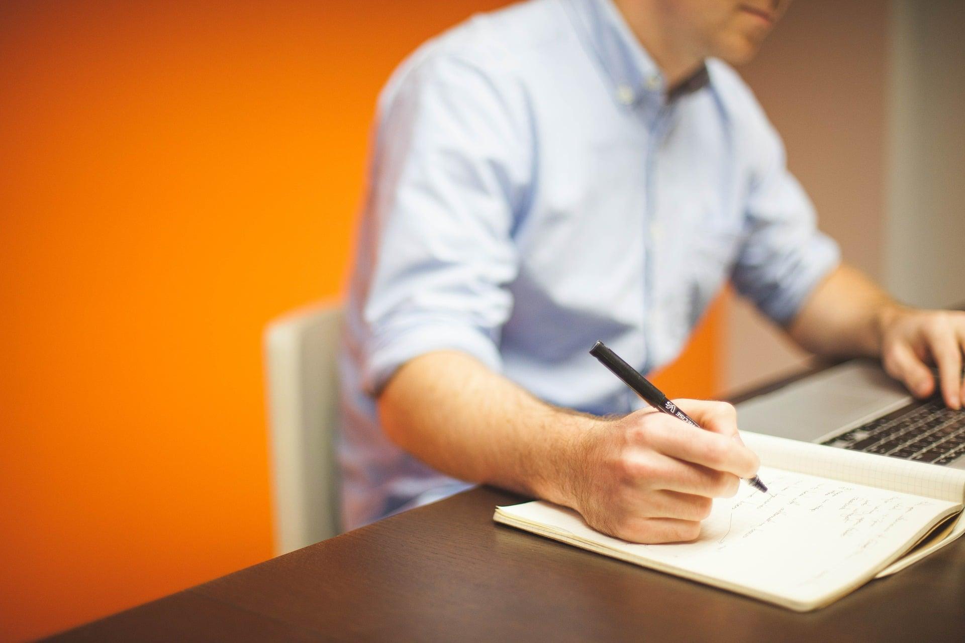 Un chef d'entreprise se demandant combien coûte un recrutement
