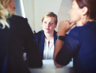 Deux consultantes expliquant comment bien recruter un candidat