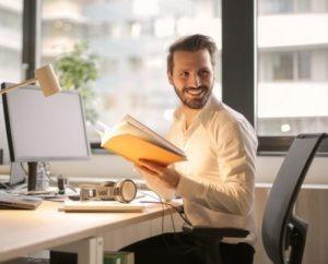 Un professionnel qui profite du tempas qu'il a gagner grâce à son logiciel de recrutement lié à ses offres diffusées